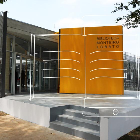 Uma biblioteca, onde a entrada a parede possui a coloração amarela e letras indicando ser a biblioteca Monteiro Lobato. Por cima da imagem, um desenho de um livro aberto.