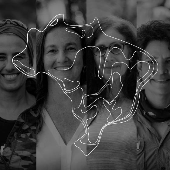 4 mulheres sorrindo, imagem em preto e branco. Por cima da imagem, um desenho do formato do Brasil.